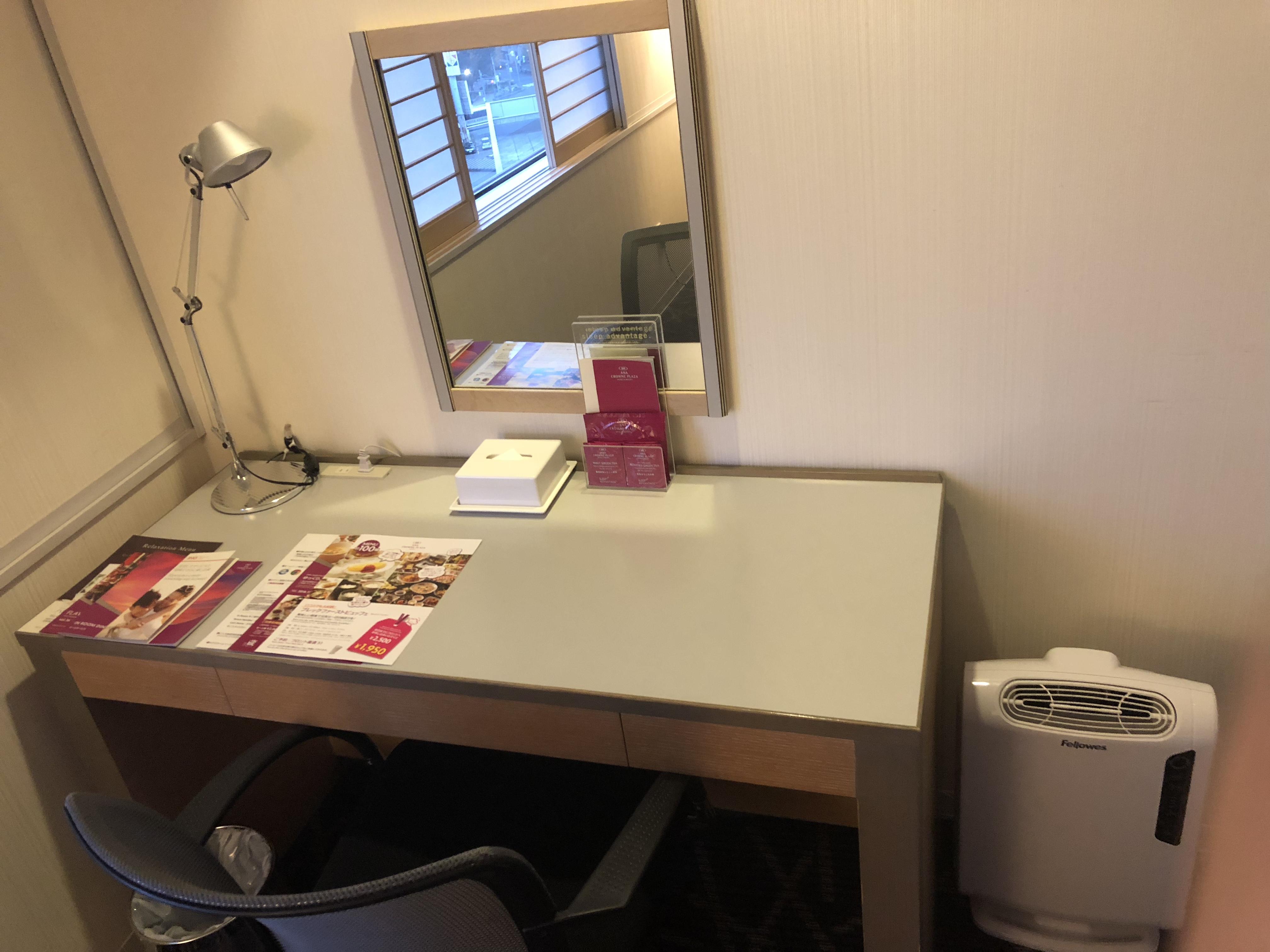鏡と机と空気清浄機の写真